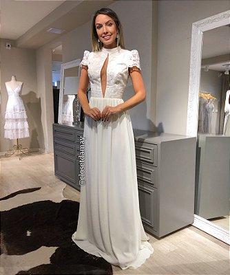 Vestido de noiva longo, mangas curtas, decote baixo, gola alta. Para casamento civil,religioso, e pré-wedding.
