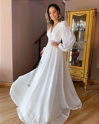 vestido de noiva longo branco, com mangas longas, decote v, detalhes em guipir, casamento civil, renovação de votos