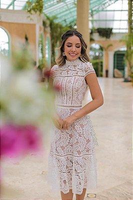 Vestido de noiva  midi, com mangas curtas, gola alta, em renda, casamento civil, renovação de votos
