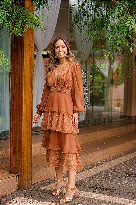 vestido de festa midi, em crepe de seda, com mangas longas, saia em babados e aplicações em guipir