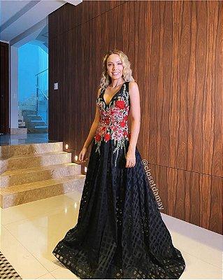 Vestido longo , bordado em flores e calda para casamentos e festas de gala