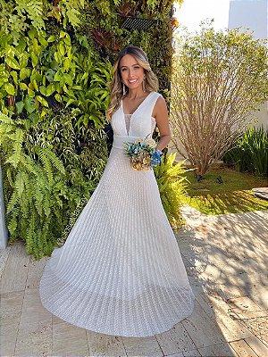 Vestido longo, em tule de poá, com decote e lateral em tule. Para casamento civil e casamento religioso.