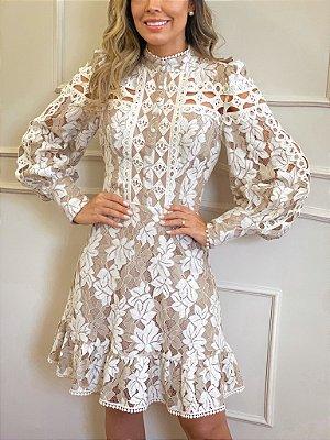 Vestido midi em renda e recortes de guipir, para casamento civil e nnoivado