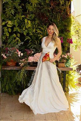 vestido longo de noiva para casamento religioso ou civil, com decote em V, adamascado, detalhes florais.