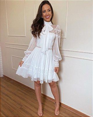 Vestido de noiva, curto, manga longa, gola alta, com laço delicado no pescoço, saia evasê para casamentos no civil, noivados e pré wedding