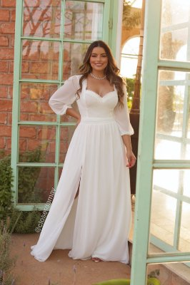 Vestido branco longo, com detalhes no busto em gripir, mangas 3/4, detalhes em renda. Para casamento civil, batizado e noivado.
