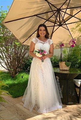 Vestido longo, em crepe de renda, com detalhes em renda, branco, com busto, e bojo, com detalhes em tule e bordado, ideal para casamento religioso, casamento civil.