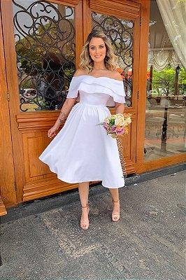 Vestido midi branco, ombro a ombro, com babados. Para casamentos civil, ou religioso.