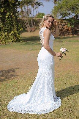 Vestido Silvia, de noiva longo em renda, gola alta e sem mangas, com decote nas costas, ideal para casamento no civil, renovação de votos