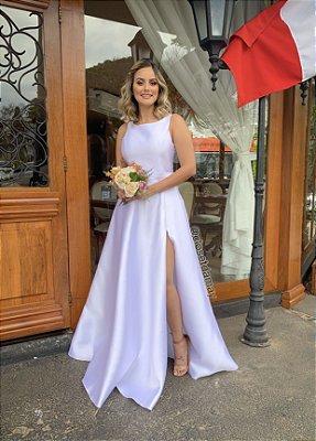 Vestido de noiva zibelline longo, sem mangas, com uma fenda na lateral, com faixa na cintura, ideal para casamento no civil, casamento religioso