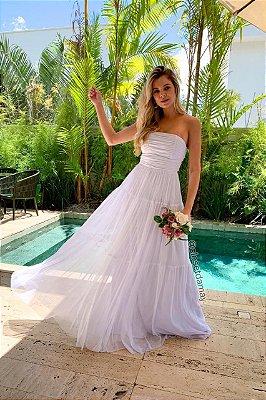 Vestido branco longo, tomara que caia, trançado nas costas, e bojo. Para casamentos religioso, e no campo.