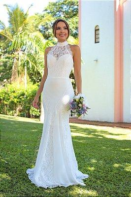 Vestido de noiva longo, em crepe com detalhes em renda, gola alta. Para casamento religioso, e civil.