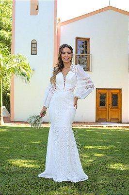 Vestido de noiva, longo modelagem sereia, com mangas longas bufantes, em crepe de seda, e renda. Para casamento religioso, civil.