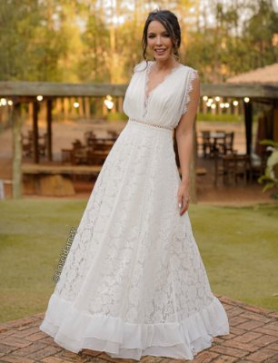 Vestido de noiva longo, com barra lenço, e mix de rendas. Para noivas civil e casamento no campo.