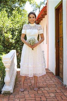 Vestido midi lady like, com mix de rendas, mangas curtas, e gola alta. Para casamento civil, e jantar de noivado.