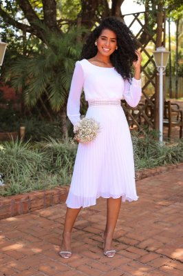 Vestido em crepe de seda, com saia plissada, e cinto em gripir, manga longa com detalhe em gripir no pulso. Para casamento civil, e batizado.