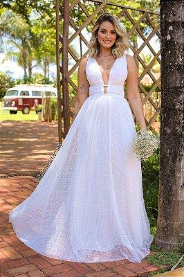 Vestido longo branco, em tule de poá, com cintos em macramê, e transparência em tule no busto e lateral. Para casamento civil e religioso.