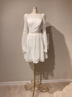 Vestido midi, em crepe, com detalhes em renda, mangas longas, e renda na barra. Para casamento civil, e batizados.