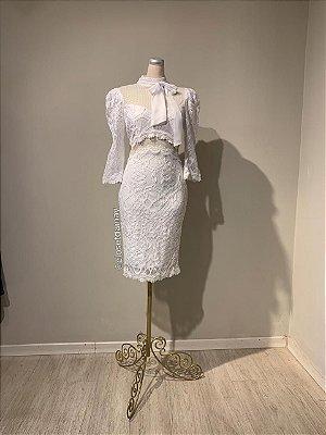 Vestido midi,  em renda, com detalhes em tule no busto e cintura, gola alta, e mangas 3/4. Para casamento civil, e batizados.