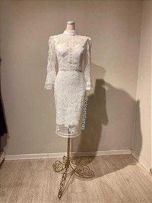 Vestido midi,  em tule de renda, com detalhes em gripir na cintura, gola alta, e mangas longas. Para casamento civil, e batizados.
