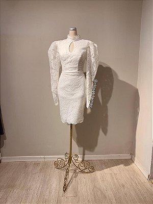 Vestido midi,  em renda, com detalhes no busto, gola alta, e mangas longas. Para casamento civil, e batizados.