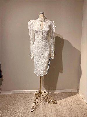 Vestido midi,  em renda, com detalhes em botões, gola alta, e mangas longas. Para casamento civil, e batizados.