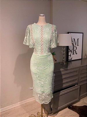 Vestido midi verde em renda, com detalhe em gripir no busto, mangas borboletas. Para jantares e festas