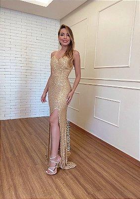 Vestido longo, sem alças, em paetê, com fenda, ideal para madrinhas de casamento e formandas