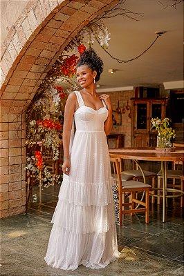 Vestido de noiva longo em tule de poá, alças laços, com babados, e bojo estruturado.