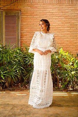 Vestido de noiva longo, bordado em gripir, gola alta, manga longa, com babados no pulso