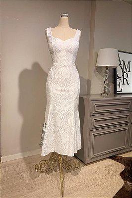 Vestido de noiva midi, em renda com bojo. Ideal para casamento civil e cerimônia intimista