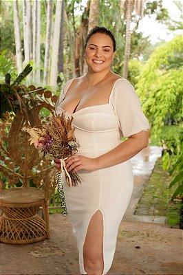 Vestido de noiva midi, com bojo, mangas curtas e mini fenda