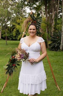 Vestido de noiva midi, mangas em renda, saia com babados e busto em renda
