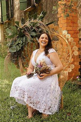 Vestido de noiva midi em renda, com mangas curtas e decote em V