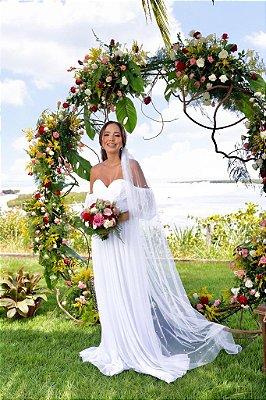 Vestido de noiva longo, em tule, manga princesa e busto transpassado