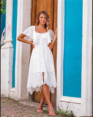 Vestido de noiva midi, mangas curtas, fenda frontal, detalhes em botão no busto e saia