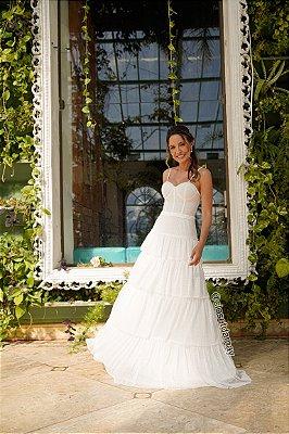 Vestido de noiva longo, em tule, alças finas, bojo estruturado e saia em babados