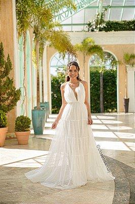 Vestido de noiva longo, em tule de poá, com cinto em macramê, com alças finas e amarração atrás