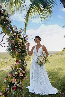 Vestido de noiva longo em tule bordado, com alças, cinto Chanel e tule no busto