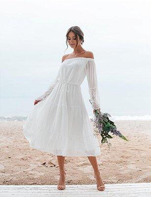 Vestido midi em crepe de seda e detalhes em renda, para noivas em casamento civil e intimista