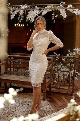 Vestido Caroline de noiva midi com gola alta, mangas longas e detalhes nas costas, para casamento civil