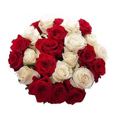 Buquê com 24 Rosas Nacionais Sendo 12 Vermelhas e 12 Brancas.