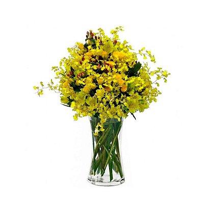 Arranjo com Orquídea Chuva de Ouro, Mini Rosas e Astromélias amarelas no Vaso de Vidro