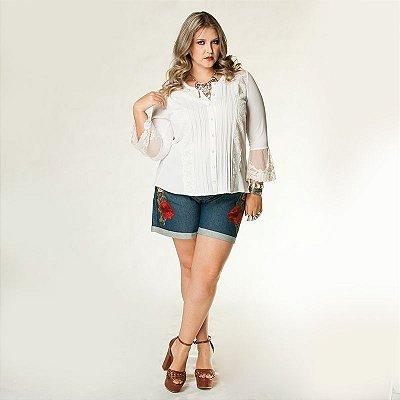 Short Jeans plus size com Arabescos e Guipure Floral