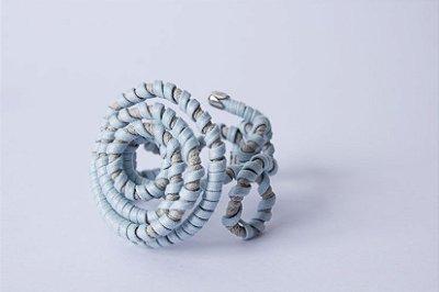 Pulseira arame enrolada por fios azul