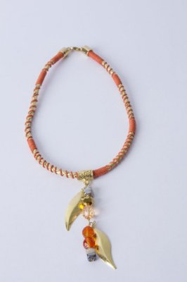 Colar dourado com laranja e pingente de cristais e murano