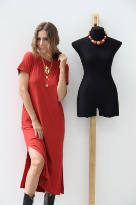 Vestido manga curta e abertura lateral