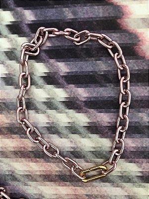 Colar de Elos Pink com Detalhe Dourado