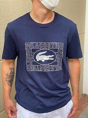 Camiseta Lacoste com estampa de crocodilo e decote careca