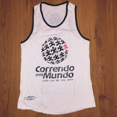 CAMISETA REGATA CORRENDO PELO MUNDO - LINHA DRY-RUN - 100% POLIAMIDA - FEMININA BABY LOOK - BRANCA C/ PRETO - TAM. M